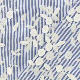 Tissu voile de coton brodé fleur à relief - bleu x 10cm