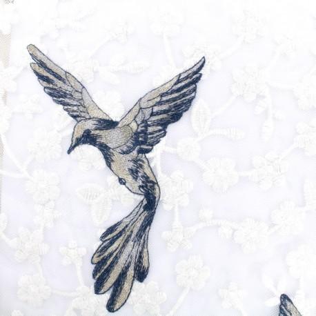 Tissu tulle brodé aigle sur fleurs tendres - blanc x 10 cm