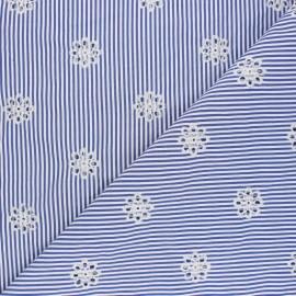 Tissu polycoton brodé ajouré Marguerite - bleu x 10cm