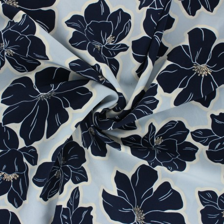 Tissu polyester satin Pearl Peach Giant Flowers by Penelope® - bleu ciel x 10cm