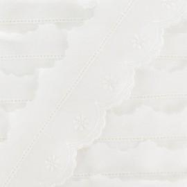 Broderie Anglaise, Little Flower 4,5 cm - white