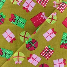 Tissu Noël Cadeaux / Boules fond olive x 10cm
