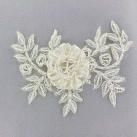 Appliqué fleur brodée sur tulle et perles crème