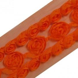 Fleurs ruban sur tulle orange