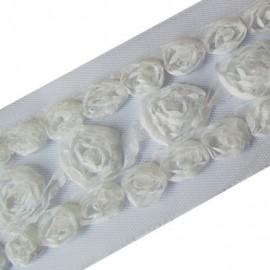 Fleurs ruban sur tulle blanc
