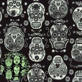 "Tissu Timeless Treasures ""BlackGlow in the Dark Folklore Skulls"" x 62cm"